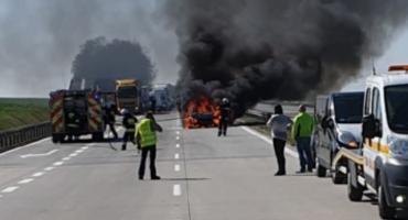 Na autostradzie A4 po zderzeniu z busem spłonął samochód osobowy