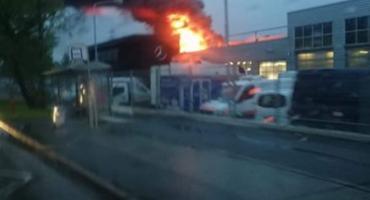 Pożar obok salonu mercedesa
