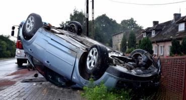 Zderzenie dwóch samochodów w Kamieńcu Ząbkowickim. Jedno auto dachowało
