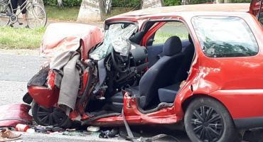 Czołowe zderzenie autobusu MPK z autem osobowym. Ciężko ranna jedna osoba.