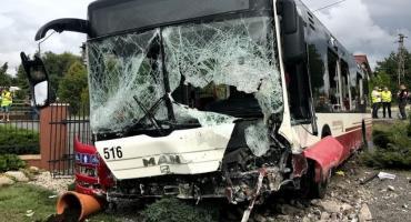 Autobus MZK staranował murowane ogrodzenie i wjechał na prywatną po sesję