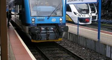 Było o włos od tragedii… Policjanci z Długołęki w ostatniej chwili ściągnęli mężczyznę z torów kolejowych