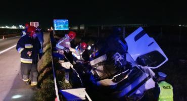 Nocny wypadek na autostradzie A4. Bus w rowie.