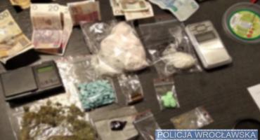 Miał przy sobie jedną porcję narkotyku. W jego mieszkaniu policjanci znaleźli ich jeszcze ponad tysiąc