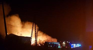 Duży pożar budynku gospodarczego w Gęsicach