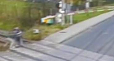 Postawa godna naśladowania – policjanci wraz ze świadkiem zdarzenia uratowali mężczyznę leżącego na torach kolejowych