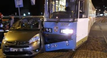 Zderzenie tramwaju z autem osobowym na Sienkiewicza