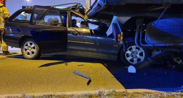 Tragiczny wypadek w Biskupicach. Auto osobowe wbiło się pod naczepę TiRa.