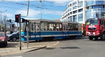 Dwa tramwaje wykoleiły się na środku placu Bema