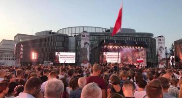 Warszawiacy śpiewają (nie)zakazane piosenki na Placu Piłsudskiego [FILM]
