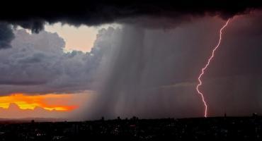 Nawałnica dotarła nad Warszawę. Jaka pogoda na weekend?