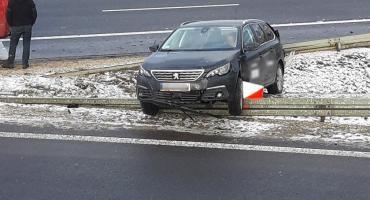 Zderzenie dwóch aut. Osobówka zawisła na barierkach [ZDJĘCIA]