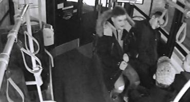 Zaatakowali pasażera i kierowcę. Szuka ich policja