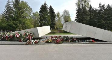 Jutro 9. rocznica katastrofy pod Smoleńskiej. Uroczystości na Powązkach [PROGRAM]
