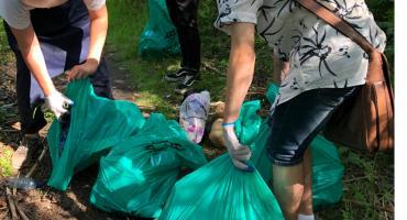 #LasyiLaskiBielanskie. Uczniowie i przedsiębiorcy sprzątaj las po tych, którzy tego zrobić nie chcą [ZDJĘCIA]
