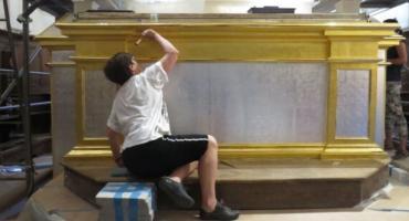Prace przy ołtarzu u bernardynów