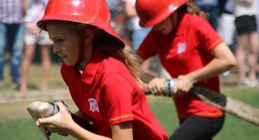Prądownice w rękach młodych strażaków