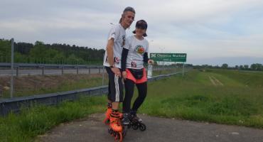 Para rolkarzy jedzie przez Polskę dla chorego chłopca. Na trasie m.in. Bielsk Podlaski