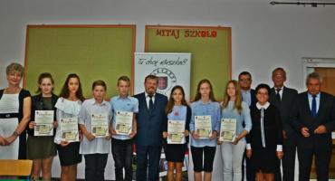 Najlepsi uczniowie otrzymali stypendium Burmistrza