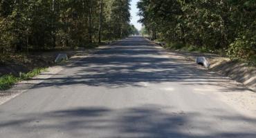 Droga w Makowie Nowym z asfaltową nawierzchnią