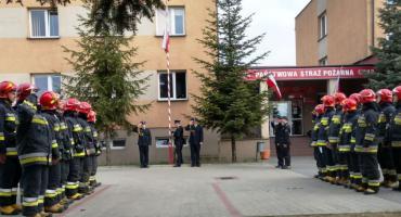 Uroczysty apel na Dzień Flagi w PSP Ciechanów [zdjęcia]