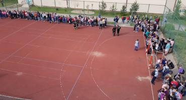Ewakuacja szkoły w Ciechanowie. Alarmy bombowe w 10 placówkach [zdjęcia]