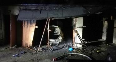 Groźny pożar garażu w Ciechanowie. Spłonął samochód i wyposażenie [zdjęcia]