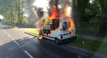 Poranny pożar w Ciechanowie. Bus zapalił się podczas jazdy [zdjęcia]
