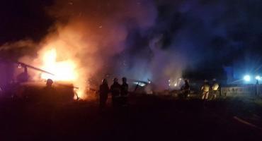 Duży pożar na terenie ośrodka w gminie Sońsk. 8 zastępów straży pożarnej w akcji [zdjęcia]