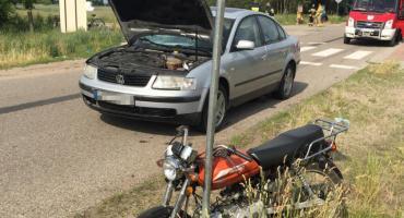 Motorower zderzył się z osobówką. Ranny młody meżczyzna [zdjęcia]
