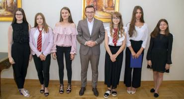 Uczennice z Ciechanowa otrzymały nagrody za osiągnięcia artystyczne
