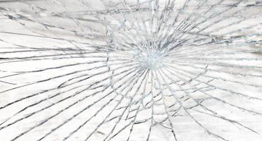 Pijany 25-latek uszkodził dwa samochody
