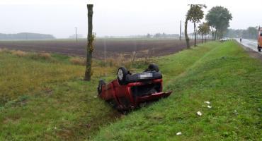 Fiat dachował niedaleko Ciechanowa. Młody kierowca był nietrzeźwy [zdjęcia]