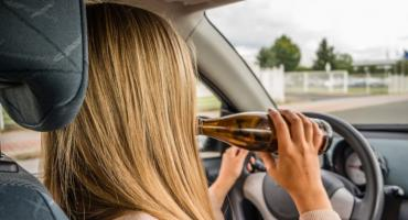 Pijana kobieta na oczach policjantów spowodowała kolizję drogową