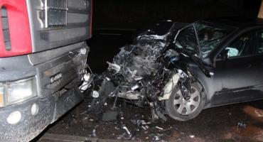 Tragiczny wypadek w środku nocy. Audi uderzyło w zaparkowaną ciężarówkę [zdjęcia]