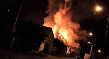 Płonęły trzy budynki i samochód osobowy [zdjęcia]