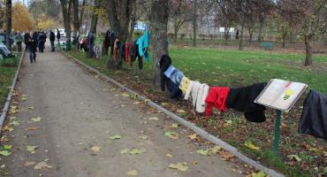 W parku Konopnickiej zostawili kurtki dla osób potrzebujących [zdjęcia]