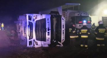 Ciężarówka wywróciła się podczas cofania. Udusiło się kilka tysięcy kurcząt [zdjęcia]