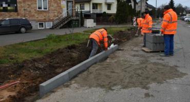 Na osiedlu Płońska powstaje nowy chodnik