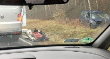 Wypadek na obrzeżach Torunia. Samochód zjechał z drogi i uderzył w drzewo! [FOTO]