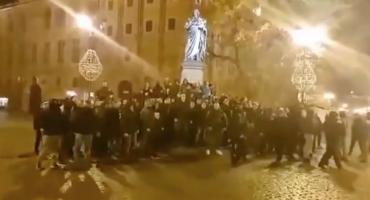 Kontrowersyjne zachowanie kibiców z Bydgoszczy w Toruniu [WIDEO]