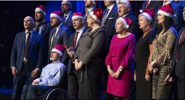 Toruńscy radni oraz prezydent zaśpiewali kolędę dla mieszkańców [WIDEO]