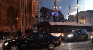Ślizgawica w Toruniu. Służby miejskie apelują o niekorzystanie z aut [FOTO]