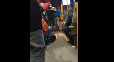 Bulwersujące zachowanie pasażerów w autobusie MZK. Jest reakcja policji [WIDEO]