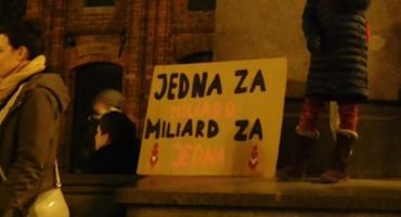 Taneczny protest feministek pod pomnikiem Kopernika [FOTO]