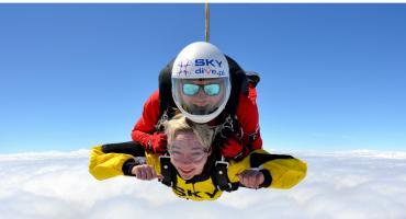 Skok spadochronowy w tandemie – niezwykły pomysł na prezent na Dzień Kobiet!