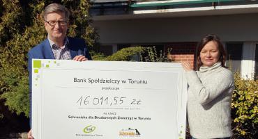 Toruński bank przekazał ponad 16 tysięcy złotych na rzecz Schroniska
