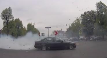"""Kontrowersyjne zachowanie w centrum Torunia. Tak """"zabawił się"""" kierowca BMW... [WIDEO]"""