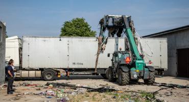 Nielegalne składowisko przechodzi do historii. Góra śmieci znika z podtoruńskiej wsi [FOTO]