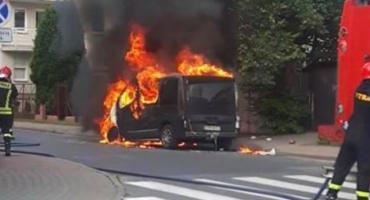 Pożar busa w Toruniu. Płonął na parkingu przy ul. Wiązowej [WIDEO]